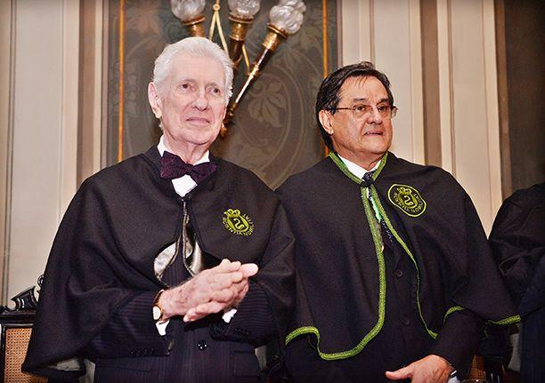 Dr. Antonio Carlos Vieira Lopes foi empossado presidente da Academia Baiana de Medicina, na foto ele está à direita do Dr. Almério Machado.