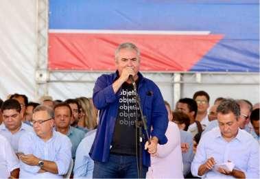 Deputado Coronel discursando em palanque em Barreiras