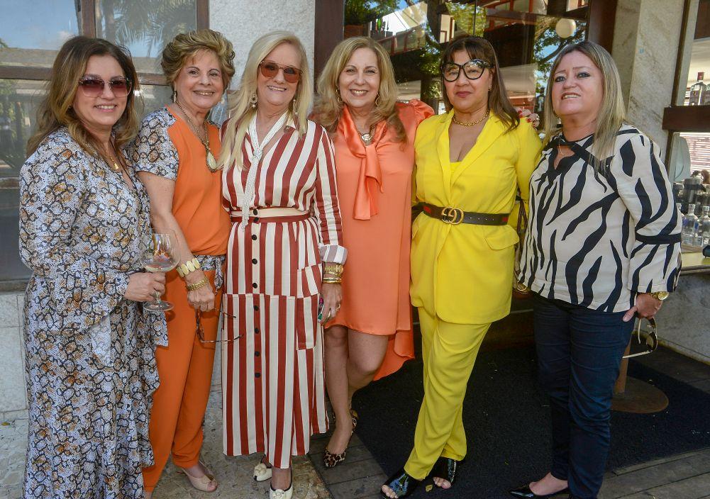 As aniversariantes Rita Magalhães, Dôra Gordilho, Tânia Costa, Tânia Reis lotaram o restaurante Lafayette para comemoram seus aniversários com a socialite soteropolitana.Ver mais..