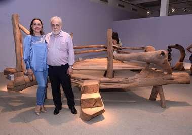 Frances e Giovanni Pisano na exposição de Ramiro Bernabó