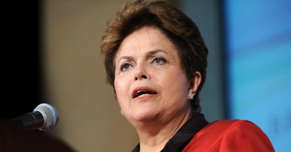 No Twitter, Dilma ataca Aécio e Marina