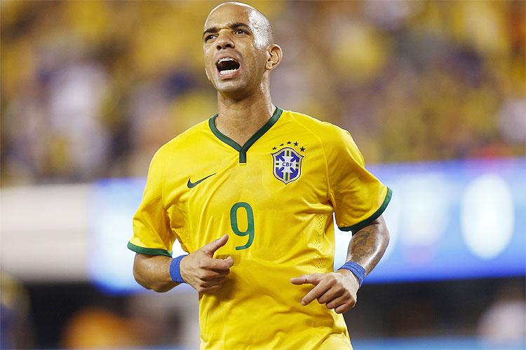 Brasil vence Argentina com dois de Tardelli e chega a três vitórias com Dunga