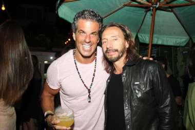 O empresário Alvaro Garnero e o DJ Vintage fizeram uma festança hoje (08) em uma mansão no Joa.