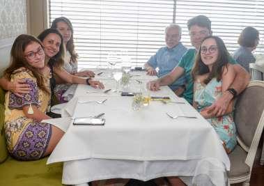 Veja celebridades almoçando no restaurante Chez Bernard no dia dos pais 12 de agosto de 2019