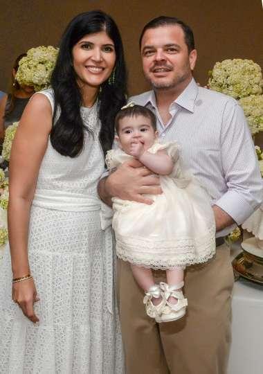 Clara e Roberto Calumby levaram a filha Maria Eduarda Lemos Calumby para ser batizada e recepcionada na Igreja da Vitória